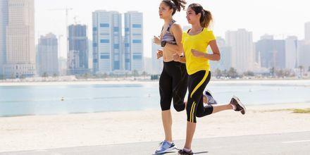 Löpning längs strandpromenaden i Abu Dhabi, Förenade Arabemiraten.