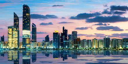 Abu Dhabis skyline i kvällsljus.