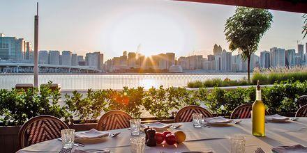 Restaurang längs havet i Abu Dhabi, Förenade Arabemiraten.