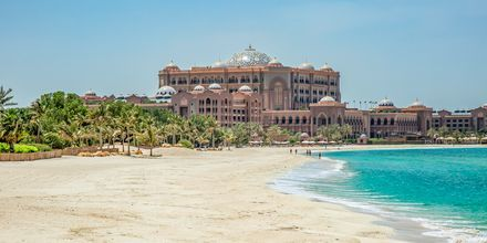 Stranden i Abu Dhabi med Emirates Palace i bakgrunden.