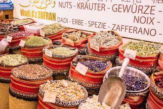 Kryddor, örter och olika nötter är en vanlig syn på marknaderna i Abu Dhabi, Förenade Arabemiraten.