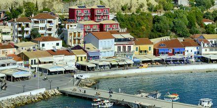 Den röda byggnaden är hotell Acrothea i Parga.