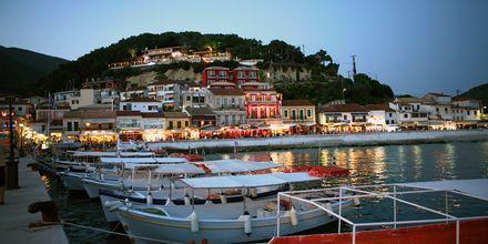 Vy från promenaden längs hamnen mot hotell Acrothea i Parga.