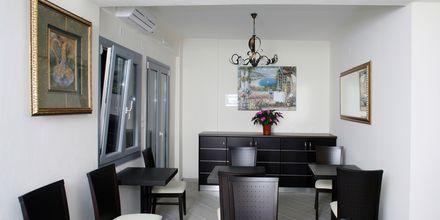 Lounge vid receptionen på hotell Acrothea i Parga.
