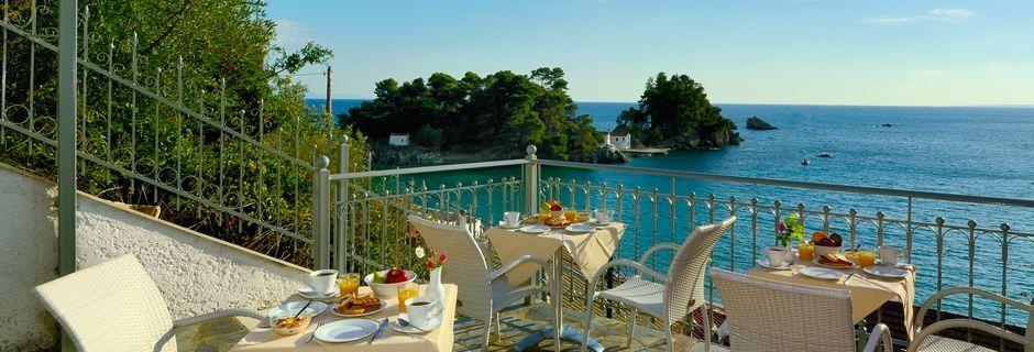 Terrassen där frukosten serveras, hotell Acrothea i Parga.