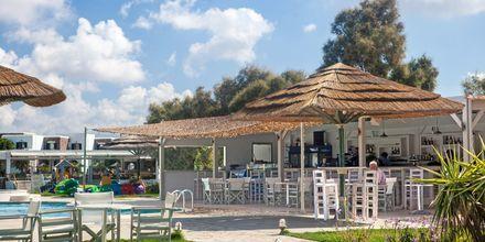 Poolbar på hotell Aegean Land på Naxos i Grekland.