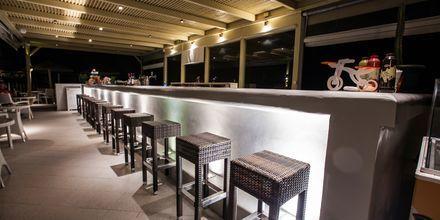 Bar på hotell Aegean Land på Naxos i Grekland.
