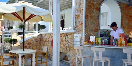 Poolbar på hotell Aegean Plaza på Santorini, Grekland.