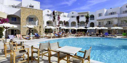 Poolområdet vid hotell Aegean Plaza på Santorini, Grekland.