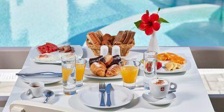 Frukost på hotell Aegean Plaza på Santorini, Grekland.