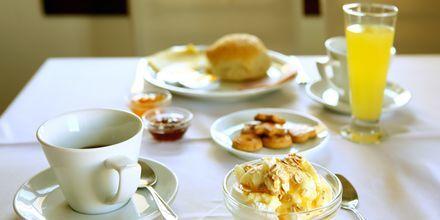 Frukost på hotell Aeolis i Naxos stad, Grekland.