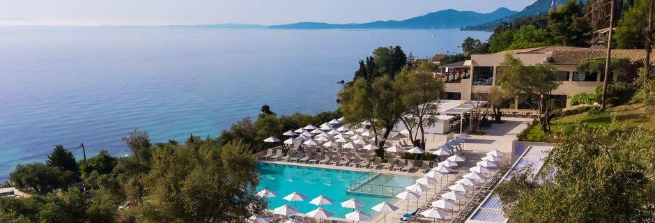 Poolområde på hotell Aeolos Beach Resort på Korfu, Grekland.