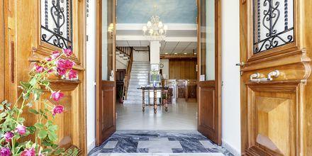 Entrén till hotell Aeolos på Skopelos, Grekland.