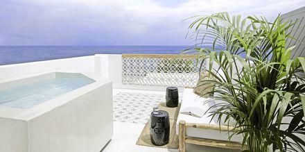 Balkong med jacuzzi i deluxerum på hotell Afrodite i Kamari på Santorini, Grekland.