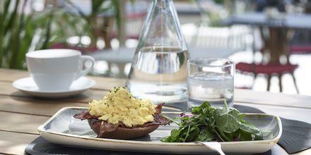 Mat på restaurang Mesogaia vid hotell Afrodite i Kamari på Santorini, Grekland.