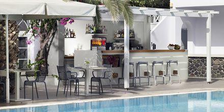 Poolbaren på hotell Afrodite i Kamari på Santorini, Grekland.