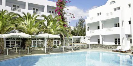 Poolområdet på hotell Afrodite i Kamari på Santorini, Grekland.