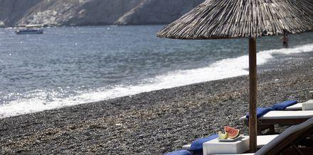 Stranden vid hotell Afrodite i Kamari på Santorini, Grekland.