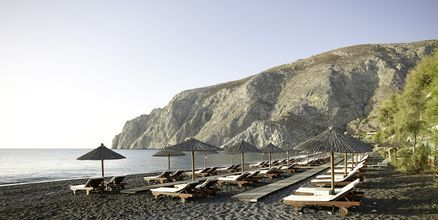 Stranden på hotell Afrodite i Kamari på Santorini, Grekland.