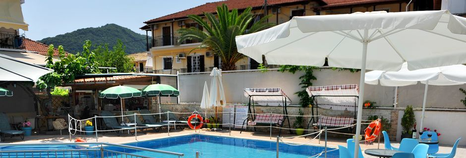 Poolområde på hotell Aggelos.