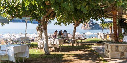 Mysiga uteserveringar i Agia Marina på Kreta, Grekland.