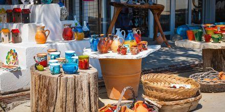 Shoppa keramik i traditionella grekiska färger under semestern på Kreta.