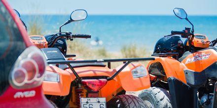 Hyr en fyrhjuling i Agios Georgios och utforska omgivningarna.