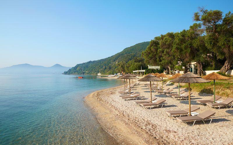 Stranden vid hotell MarBella Corfu i Agios Ioannis Peristeron på Korfu, Grekland.