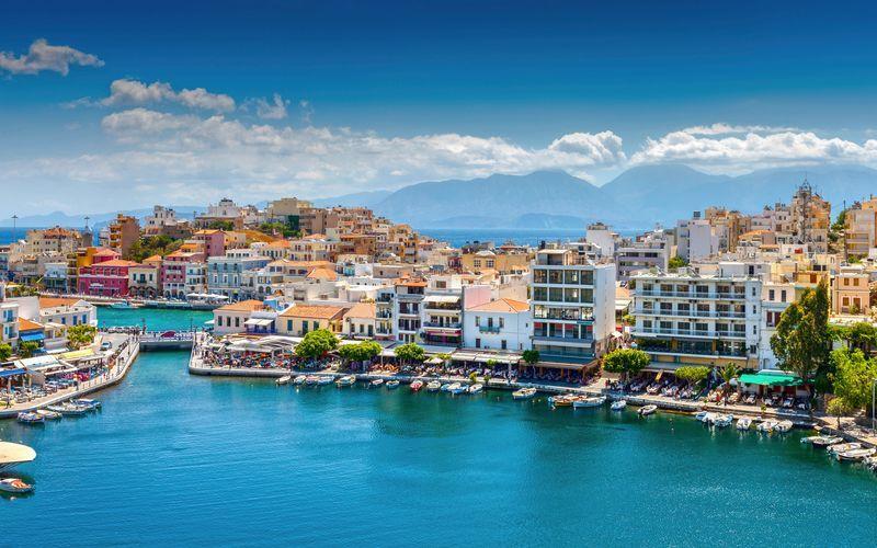 Vy över Agios Nikolaos på Kreta.