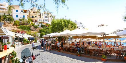 Restauranger vid Kitroplateia beach i Agios Nikolaos på Kreta.