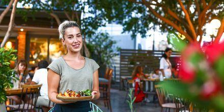 Njut av god mat längs hamnpromenaden i Agios Nikolaos på Kreta.