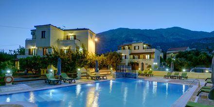 Poolområdet på hotell Agrilionas på Samos.