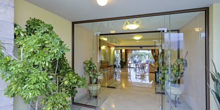 Entré på hotell Aiolos i Stoupa, Grekland.