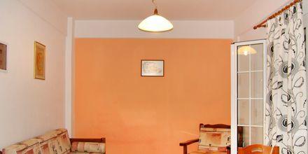 Kokvrå i tvårumslägenhet på hotell Aiolos i Stoupa, Grekland.