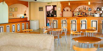 Reception och bar på hotell Aiolos i Stoupa, Grekland.