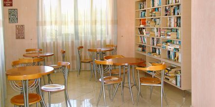 Litet bibliotek på hotell Aiolos i Stoupa, Grekland.