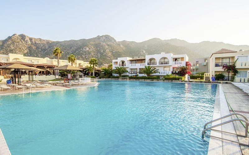 Huvudpoolen på hotell Akti Beach Club i Kardamena på Kos, Grekland.