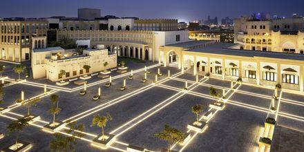 Torget utanför Al Najada by Tivoli i Doha på kvällen.