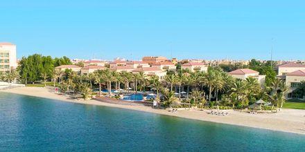 Strand bredvid huvudbyggnaden på hotell Al Raha Beach i Abu Dhabi, Förenade Arabemiraten.