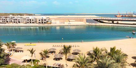 Strand och utsikt vid Al Raha Beach i Abu Dhabi, Förenade Arabemiraten.