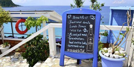Restaurant precis vid havet i Himara, Albanien.