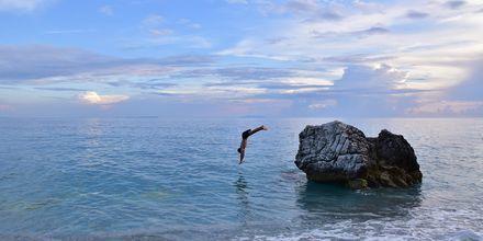 Klippan vid Marachi Beach i Himara, Albanien, är en populär plats att dyka från.