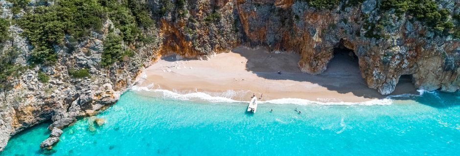 Den lilla stranden vid Pirate's Cave når man med båt. En tur på ca 20 min.