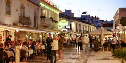 Kvällsliv i Albufeira på Algarvekusten.