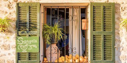 Restaurangfönster i gamla Alcudia.