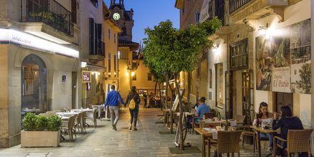 Restaurang på en av gågatorna i gamla Alcudia, Mallorca.