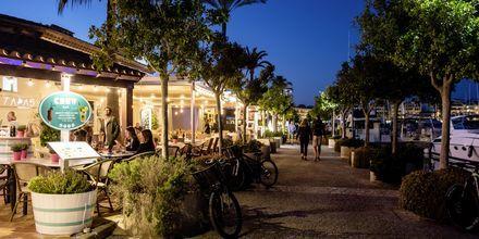 Kvällsliv vid piren i Port d´Alcudia.