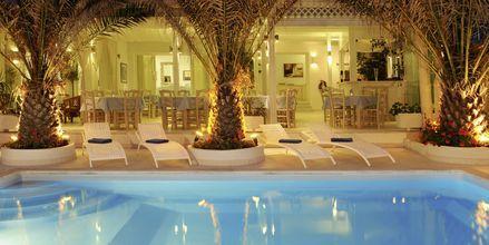 Pool på Hotell Alesahne Beach på Santorini, Grekland.