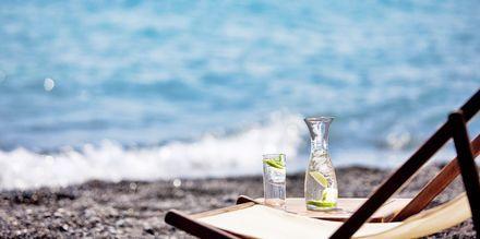 Strand vid hotell Alesahne Beach på Santorini, Grekland.