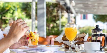 Frukostservering på hotell Alinda på Leros, Grekland.